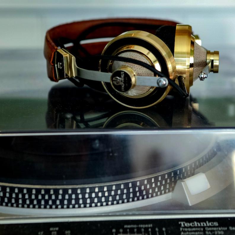 avenue-interiors-headphones-on-turntable